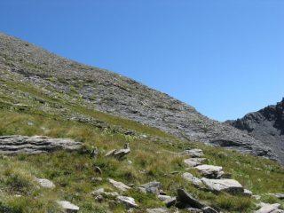 La cresta di salita dove è presente una traccia di sentiero