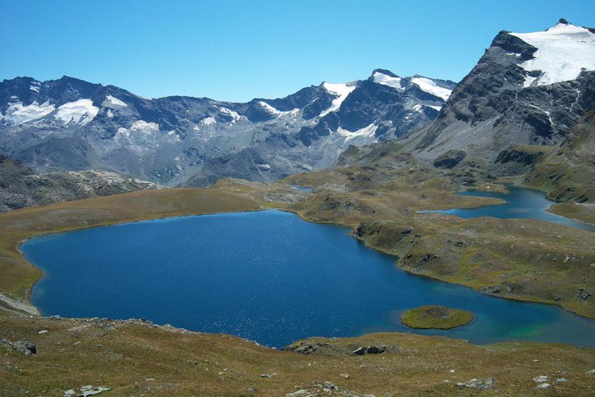 Il lago Rosset con l'isoletta dal sentiero per il Taou Blanc