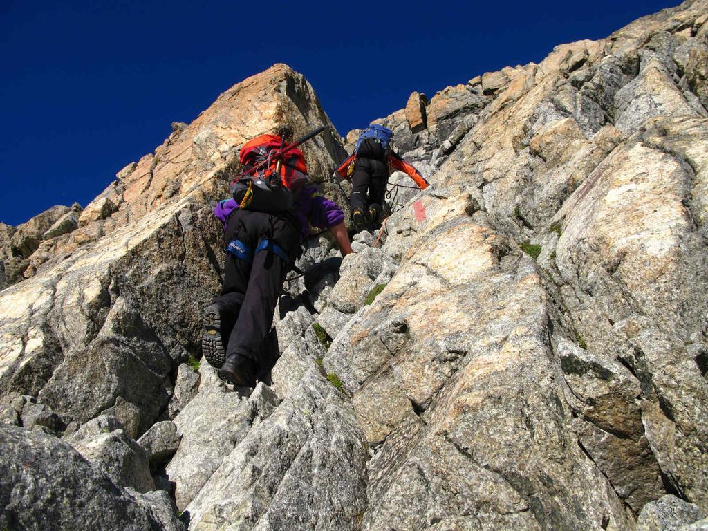 salendo alla Fuorcla Boval lungo la paretina rocciosa del versante Sud-Ovest