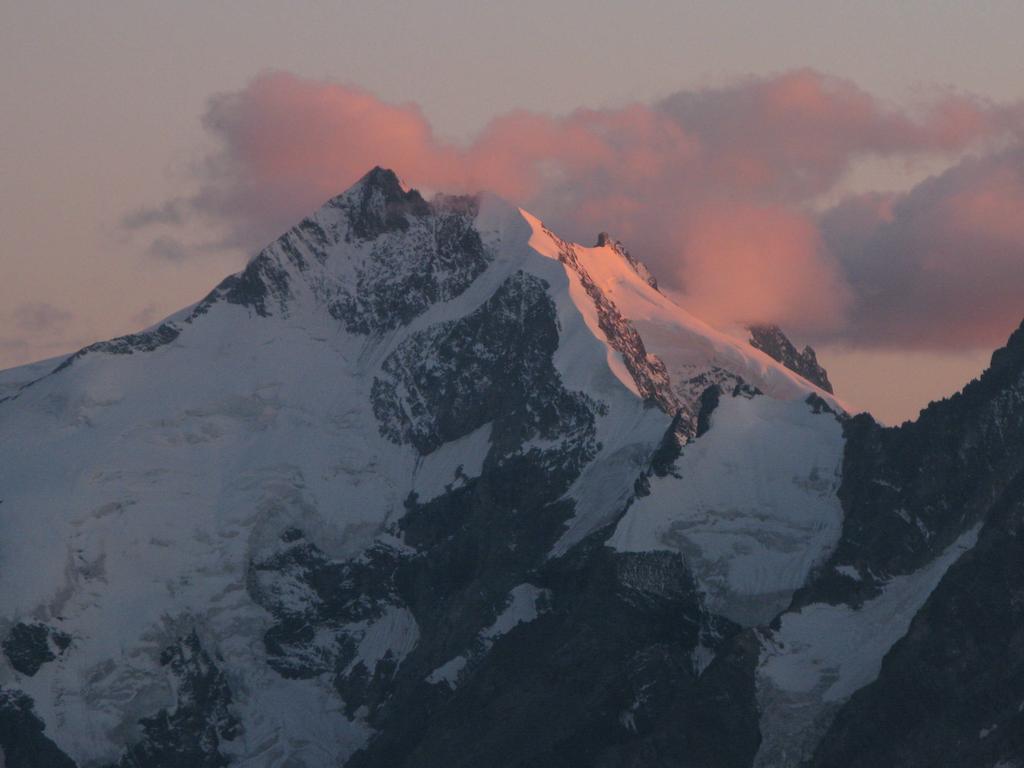 tramonto sul Pizzo Bernina osservato dalla Georgy Hutte