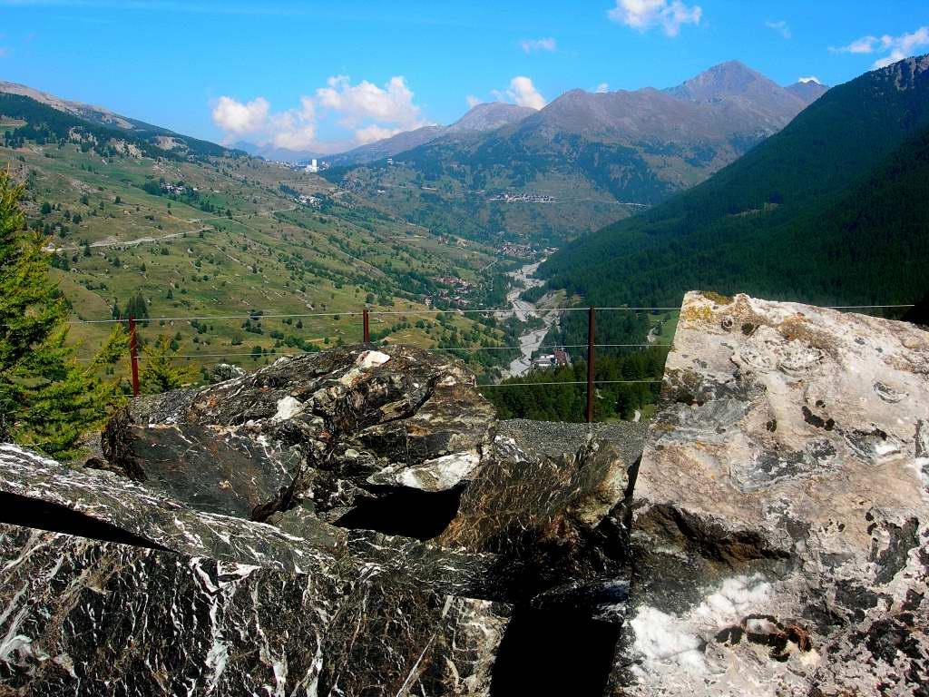 I blocchi di Marmo Verde di Cesana e sullo sfondo il C.le del Sestriere
