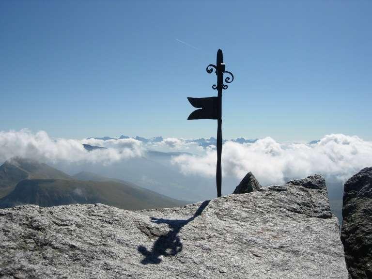 Dalla vetta uno sguardo verso le Dolomiti
