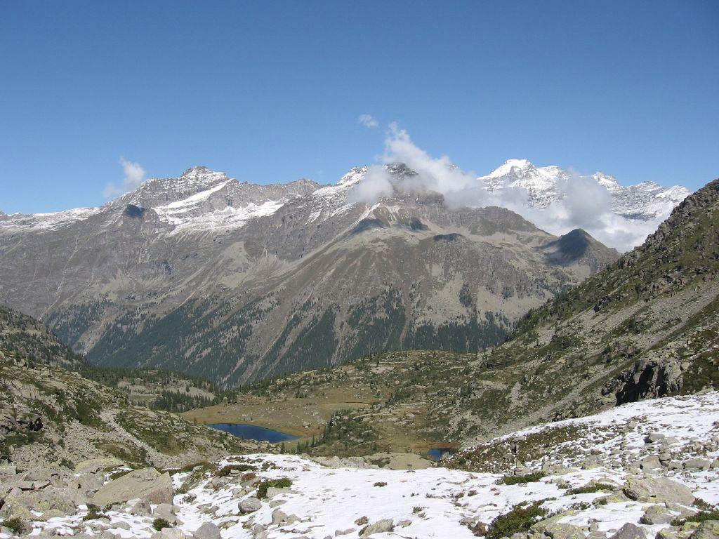 In discesa dal colle, con vista su Lago Dres e Gran Paradiso