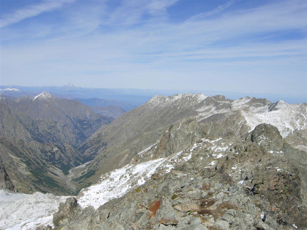 Il vallone che sale al rifugio Pagarì, la costiera verso Carbonè e Aiera, le alpi sullo sfondo, la Cossato in primo piano