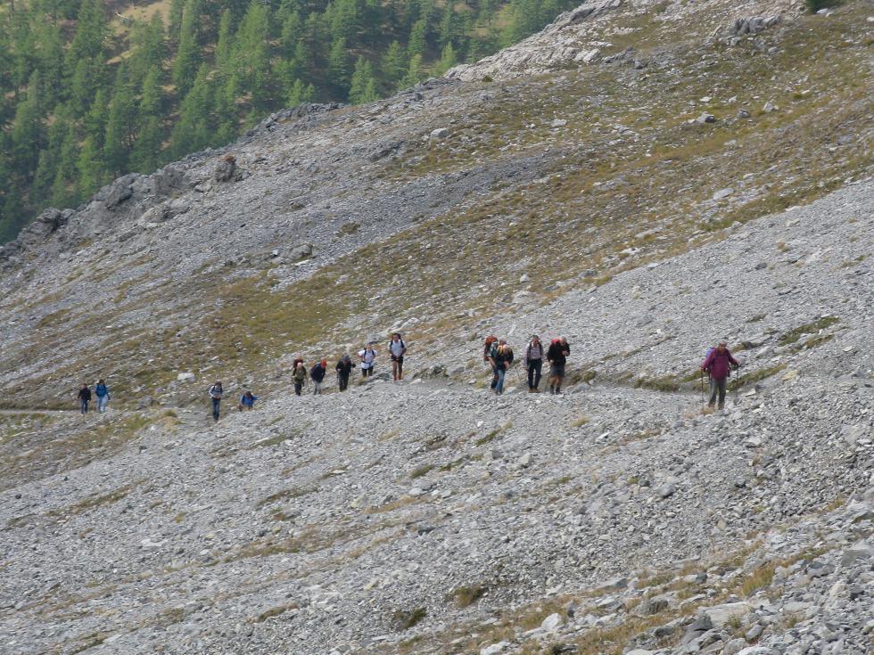 La lunga fila in salita verso il Colle