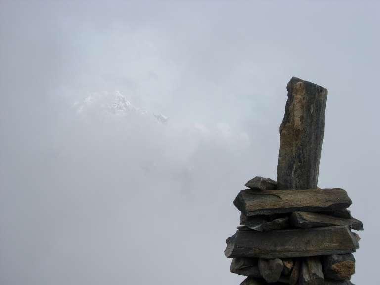 In vetta. Tra le nebbie fa capolino il Bianco.