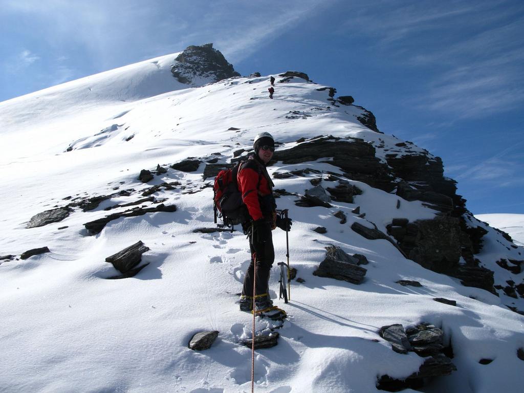 in salita lungo il Ghiacciaio di Suessa, nei pressi della cresta Nord (21-9-2008)