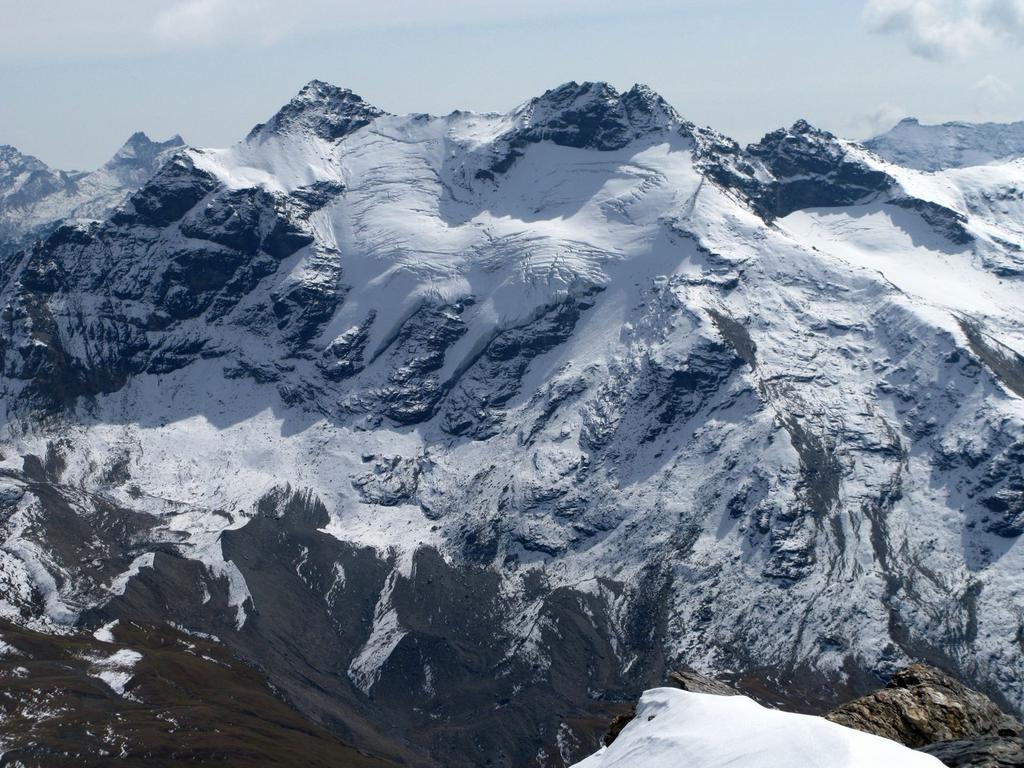 Panorami osservati dalla cima : Punta Bassac Sud m. 3461 (a sinistra) e Grande Traversière m. 3496 (a destra) (21-9-2008)