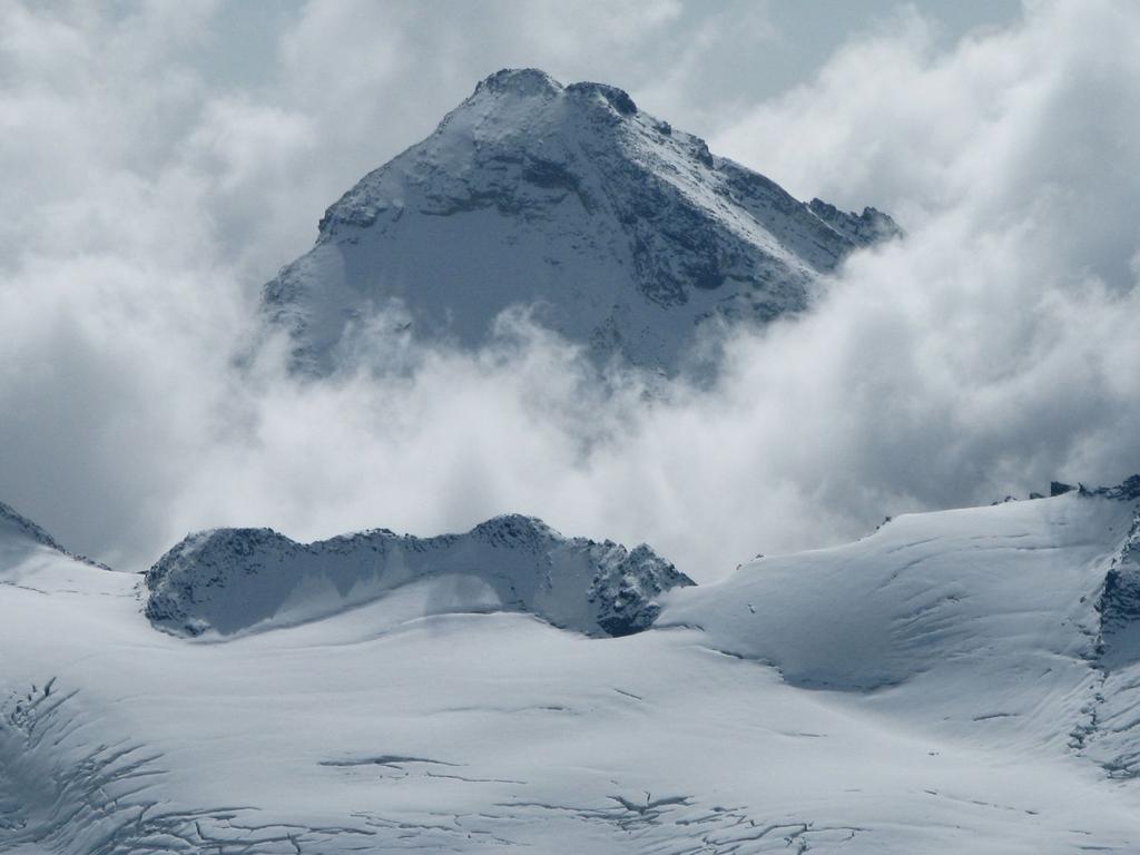 Panorami osservati dalla cima : tra le nuvole emerge la Punta Tsanteleina m. 3606 (21-9-2008)