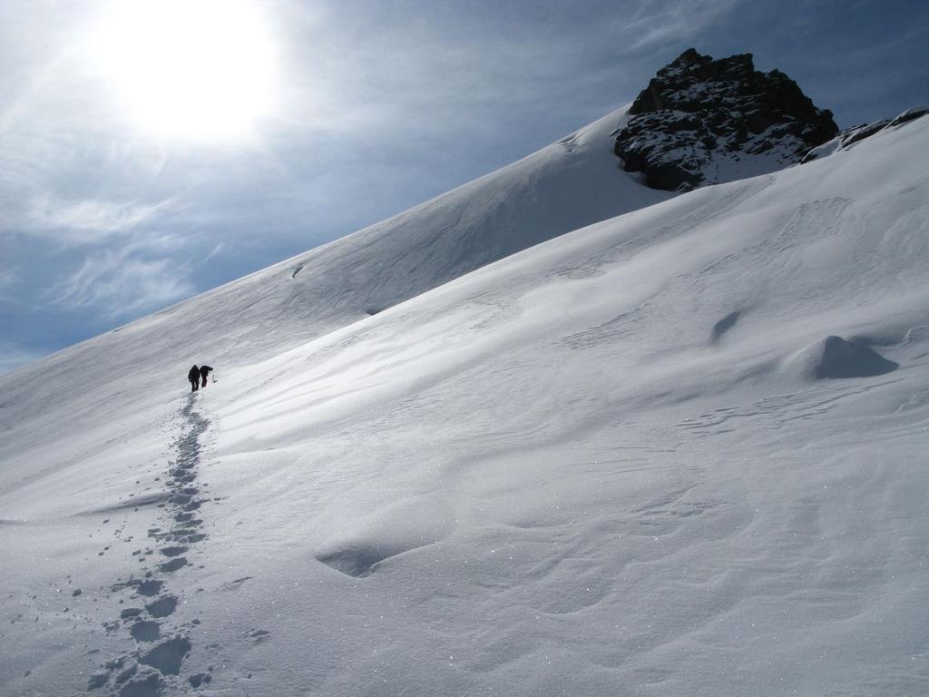 proseguendo la salita sul Ghiaccaio di Suessa, aggirando una zona crepacciata sotto la cresta (21-9-2008)