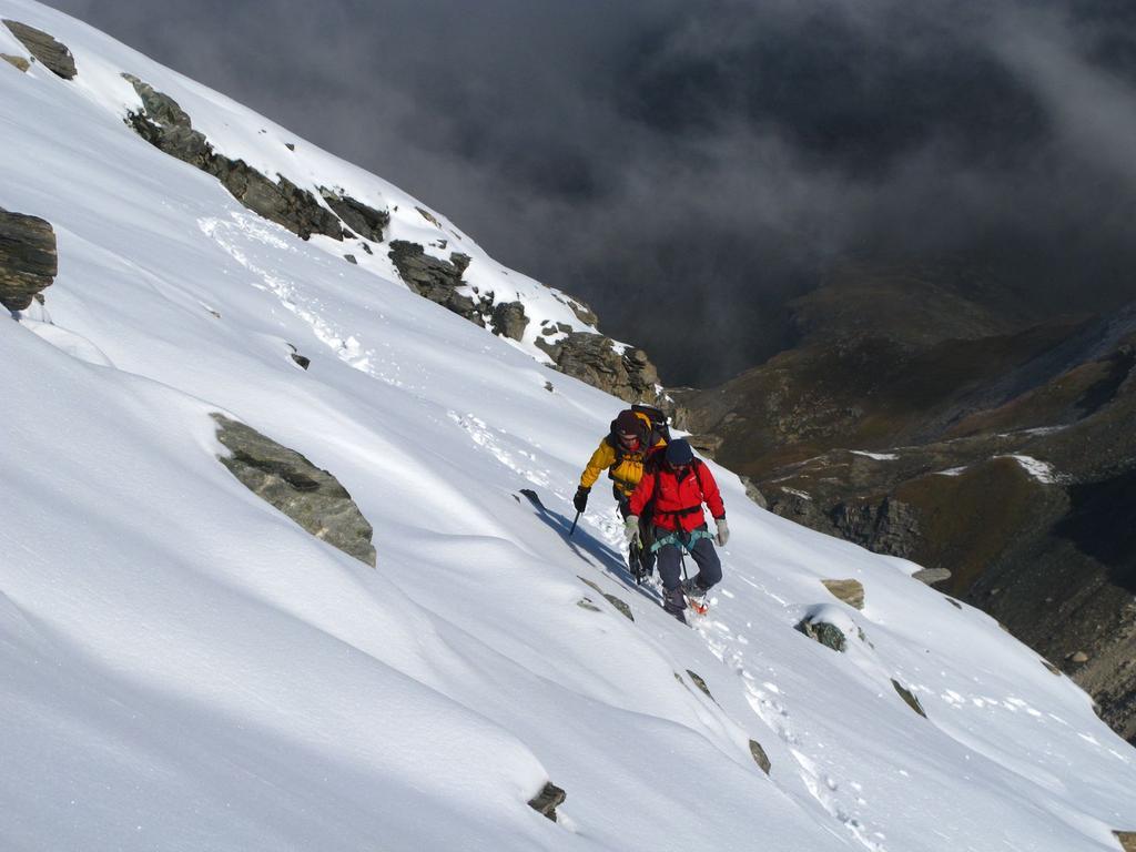 Luigi e Massimo impegnati nel traverso per aggirare la Punta 3112 m. (21-9-2008)