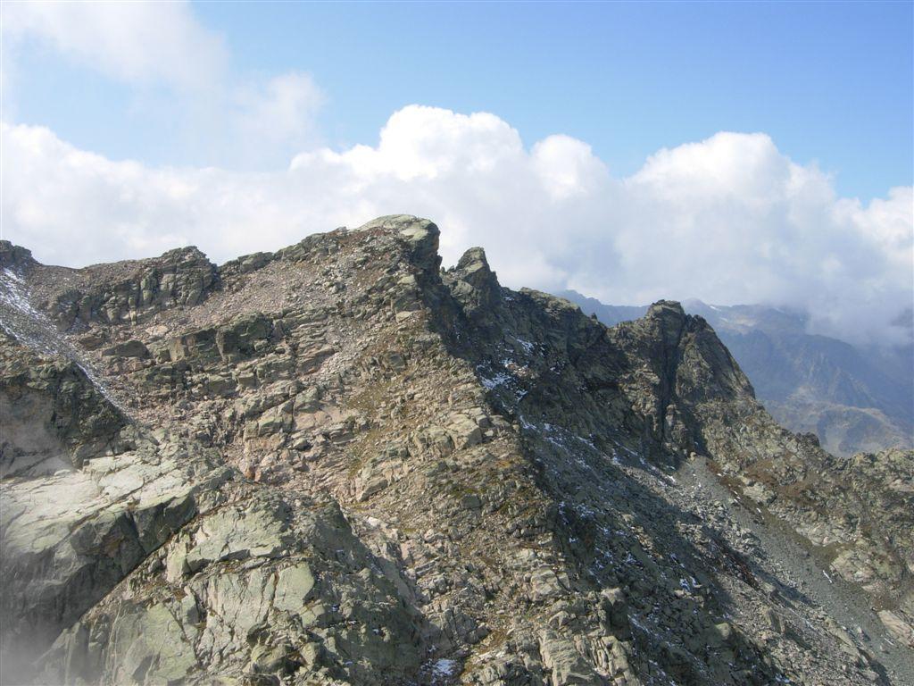 L'abbattuta Cima del Lago dell'Oro vista dalla Rocca della Bastera