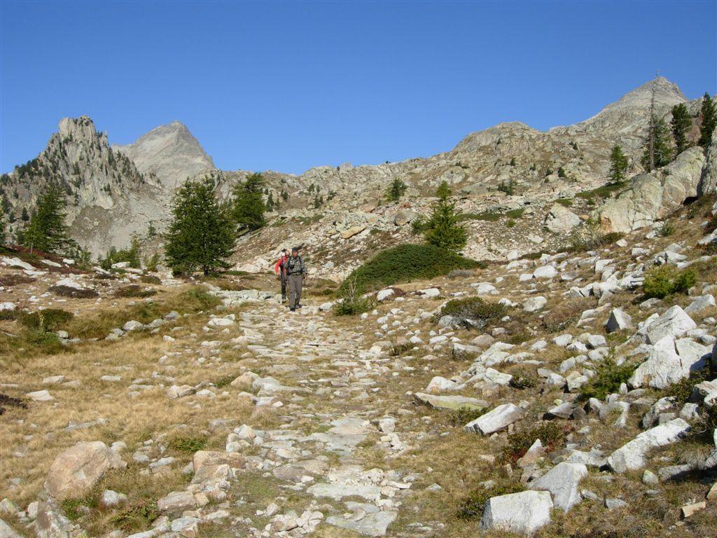 Sul sentiero verso il Colle di Fremamorta, dietro la Pointe Geign