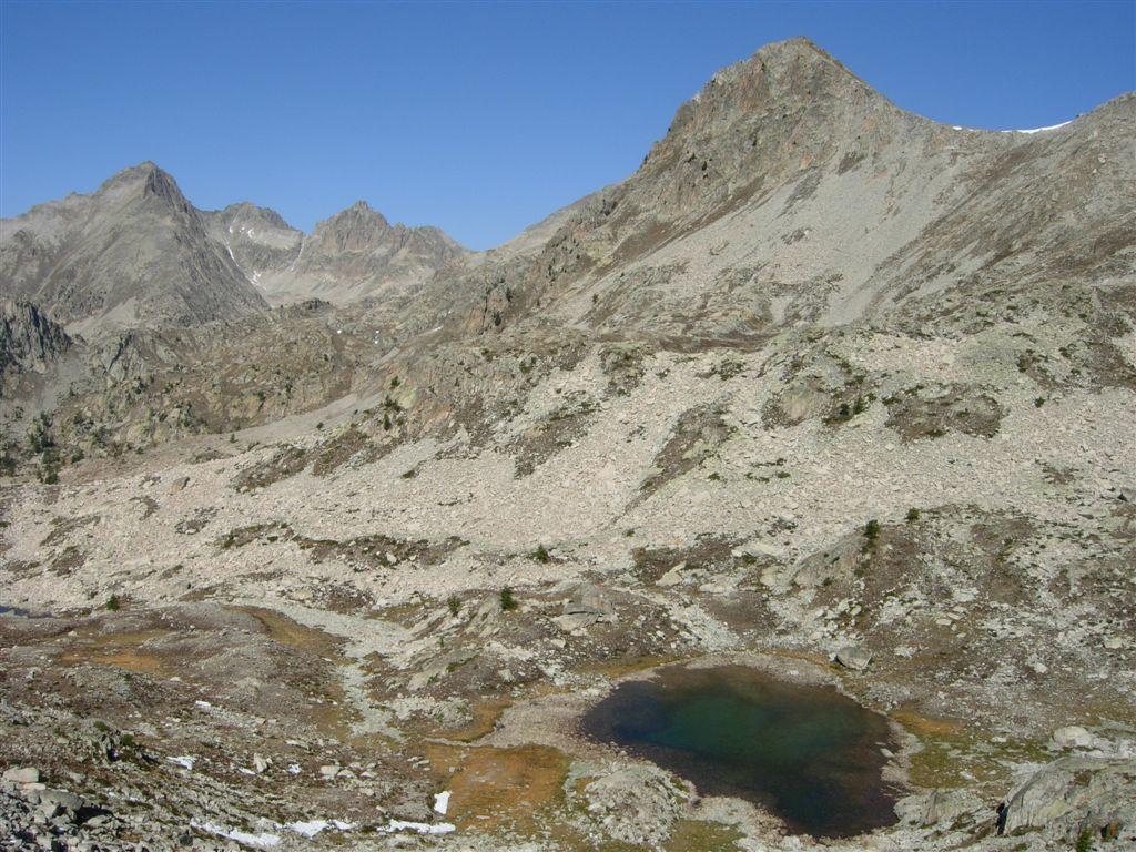 Pointe Geign a sinistra, Cima di Fremamorta a destra, Lac de Fremamorte in centro