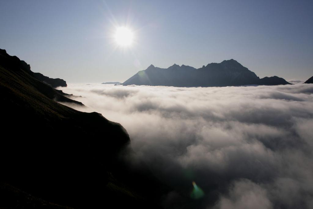 il mare di nuvole dai pendii erbosi che portano al Pian Sulè