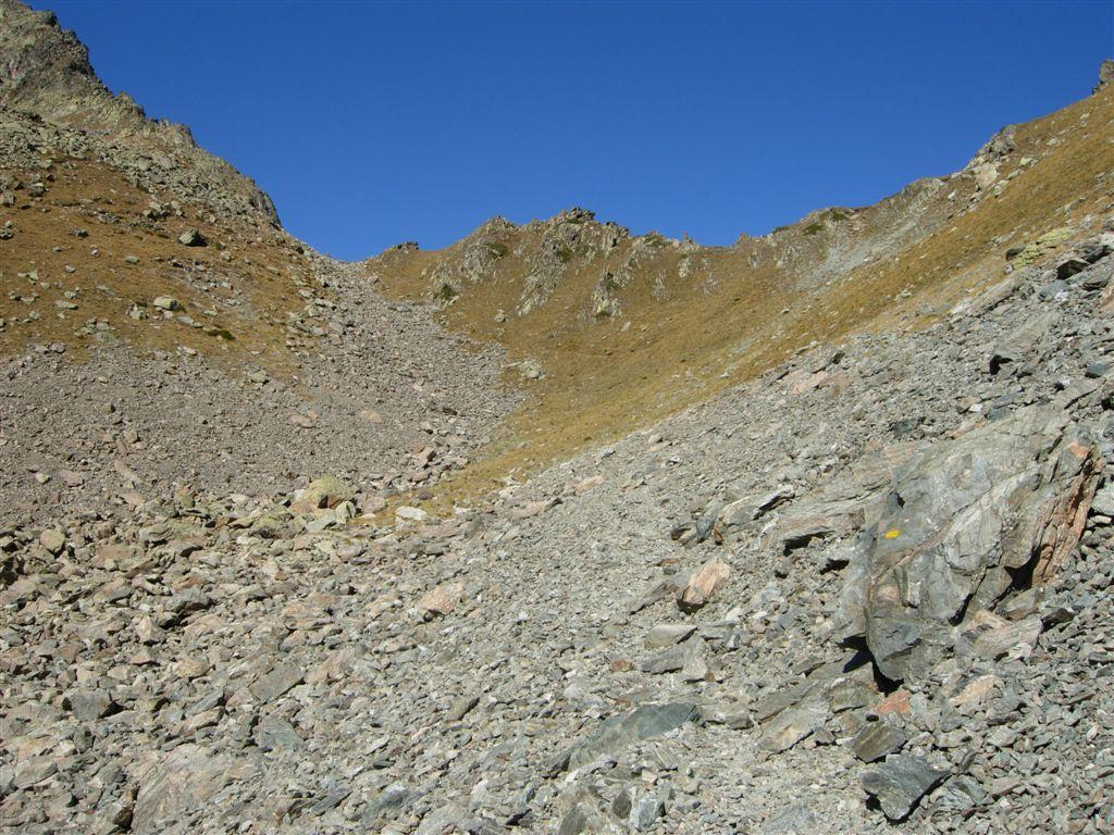 Il passo di Laroussa in fondo e il crinale a destra dove salire
