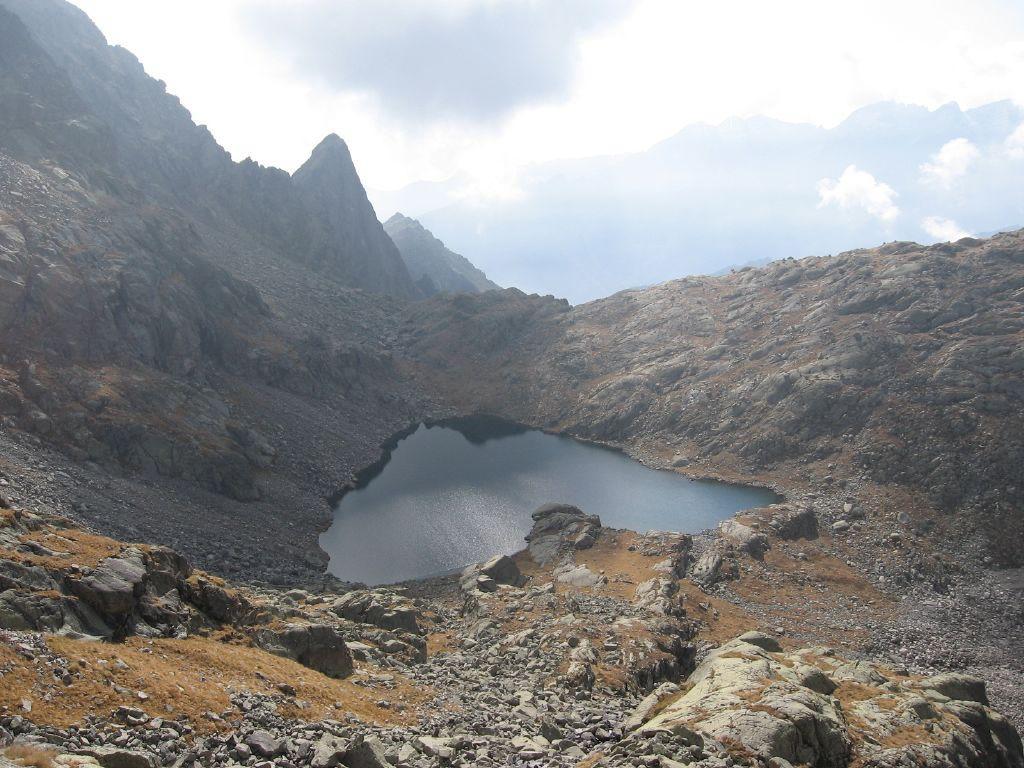 Il lago Nero e l'ardita forma del Monte Destrera