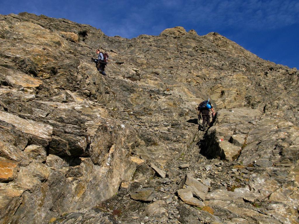 risalendo la bastionata rocciosa che porta al Colle della Resta