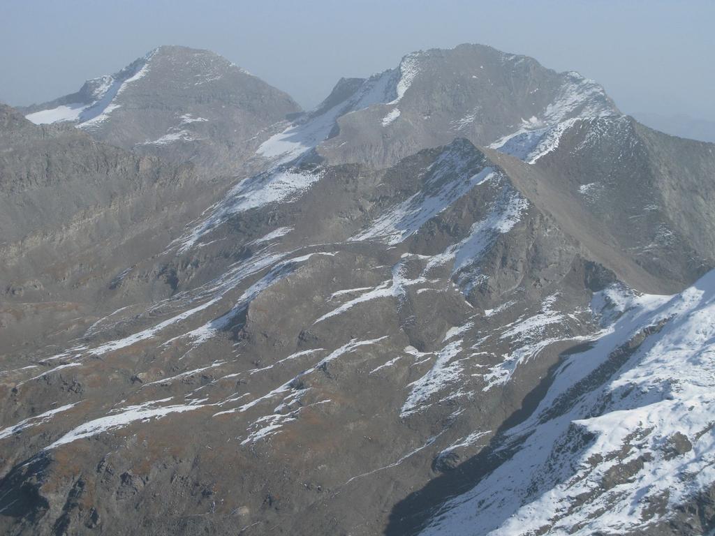 Panorami osservati dalla cima : Punta d'Arnas m. 3560 (a sinistra) e Croce Rossa m. 3566 (a destra)