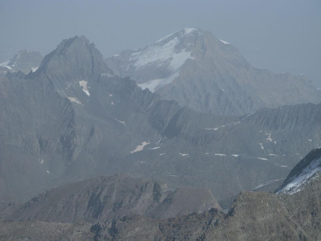 Panorami osservati dalla cima : Uja Bessanese m. 3604 (a sinistra) e Uja di Ciamarella m. 3678 (a destra)