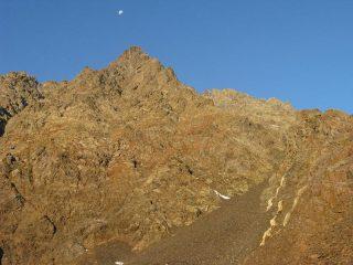 La cresta Est e il canale ghiaioso di accesso, visti dalla sommità della cresta morenica.