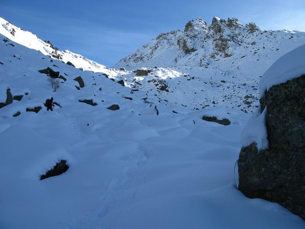risalendo il bel Vallone delle Giargiatte...la Rocca Jarea domina ancora la scena ! (9-11-2008)