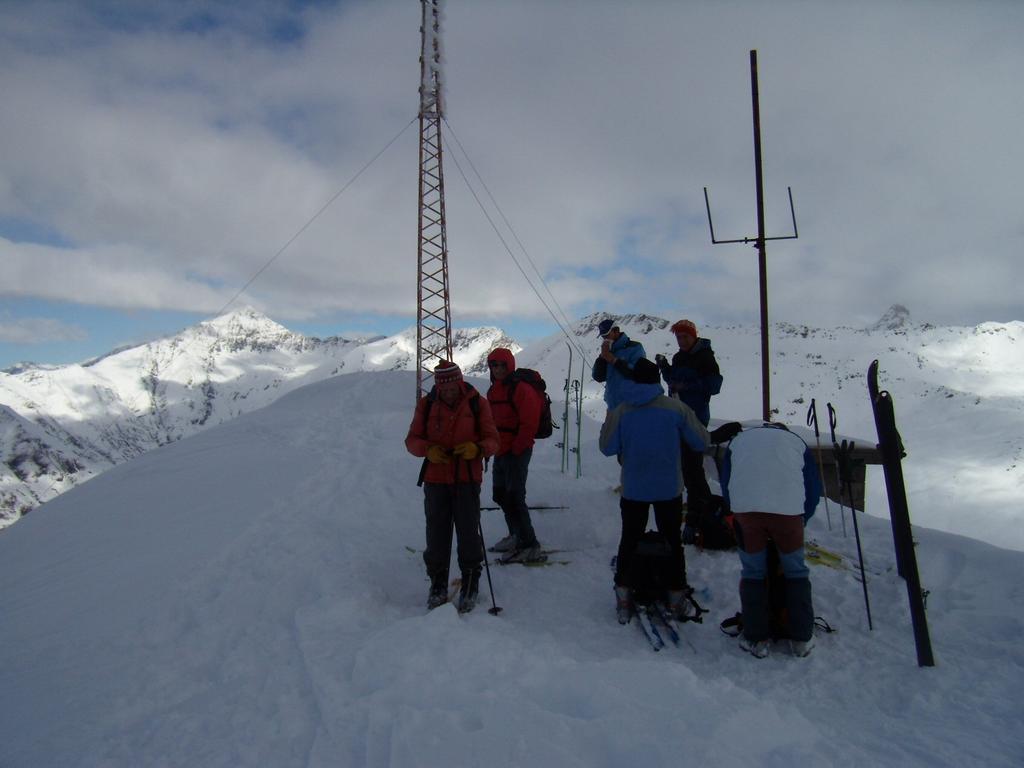 in vetta con altri sci-alpinisti