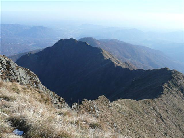 Dalla cima principale : la lunga cresta fino al Luvot.