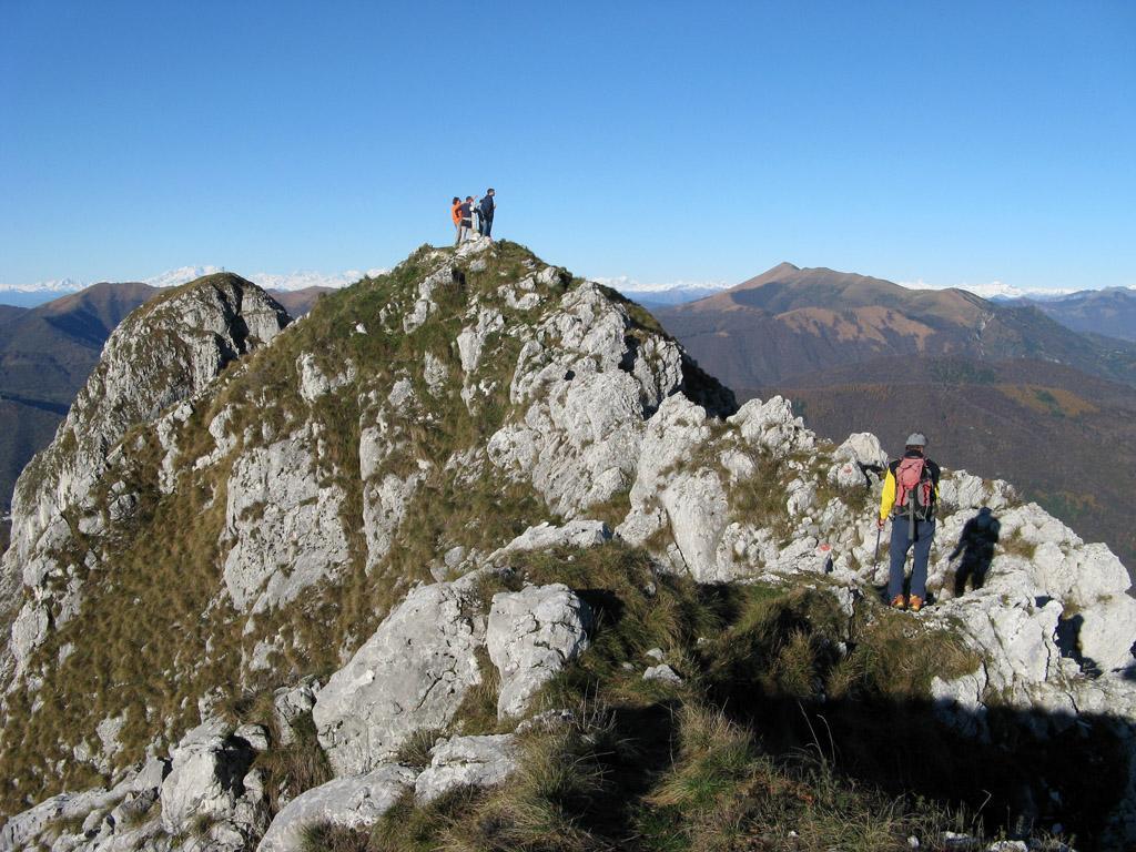 Corno di Canzo Centrale, a sinistra il Corno di Canzo Occidentale; sullo sfondo il Monte Rosa.