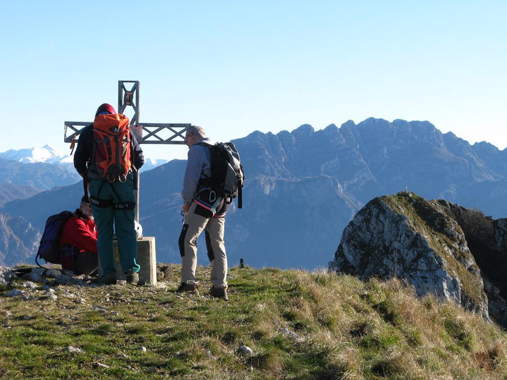 Corno di Canzo Occidentale, a destra il Corno di Canzo Centrale, sullo sfondo il Resegone.