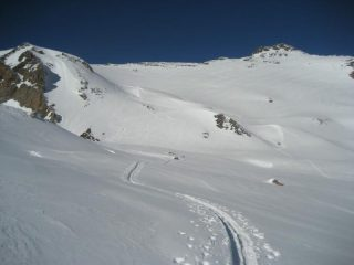 La parte superiore dell'itinerario -esposta a sud-, oggi con neve farinosa anche in discesa