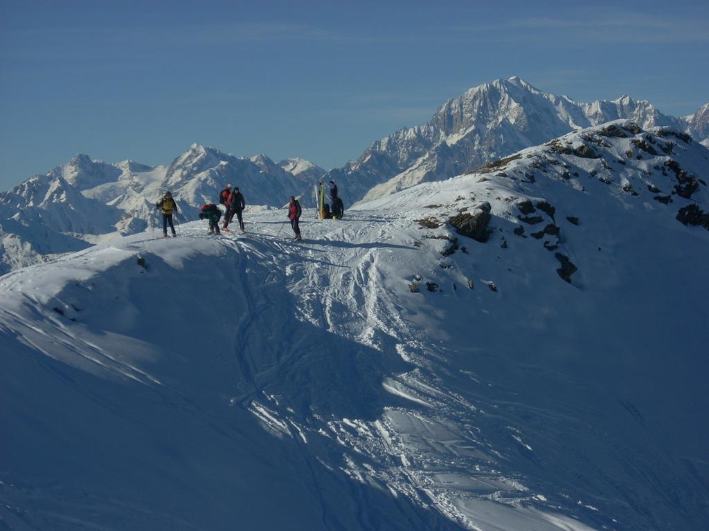 L'inizio della discesa nel canale, sulo sfondo il Monte Bianco
