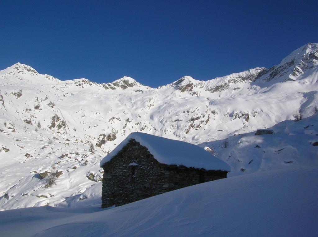L' Alpe Brunnen (2237m). Sullo sfondo, al centro, le quote 2728m (a sin.) e 2794m (a dx).