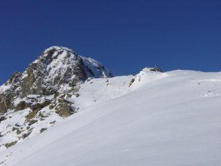 A destra la cima, sullo sfondo il Mucrone