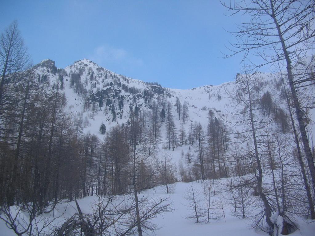 I pendii che adducono al Colle di Valmeriana (2281m). A sinistra il Barbeston (2482m).