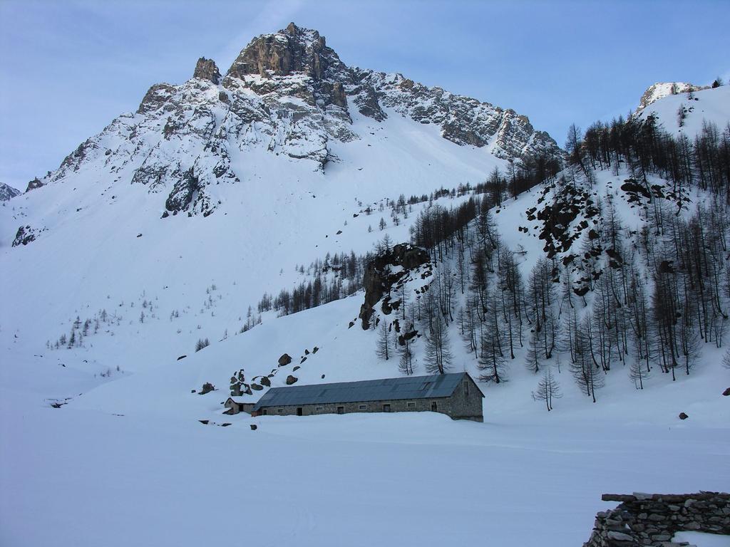 il pianoro delle Grange Galandra a m. 1960 nel Vallone di Unerzio (8-4-2007)