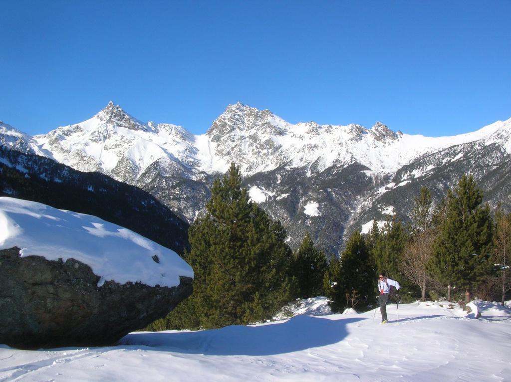 La spalla sottostante l'Alpe Quicord (1650m ca.). Sulla sinistra il masso erratico, sullo sfondo l'Avic (a sin.) ed il Mon Ruvi (a dx).