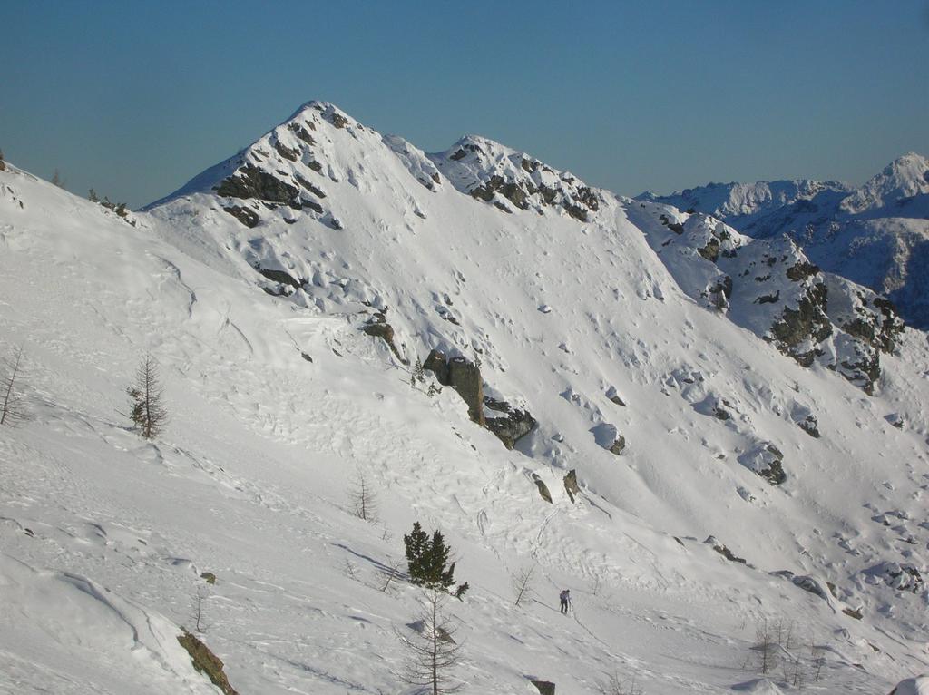 Cima Perche o Triomo (2396m) dal versante Champorcher. A sin. il Col Cima Piana (2300m ca.).
