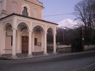 Il bel porticato della Parrocchiale di S. Anna Boschi