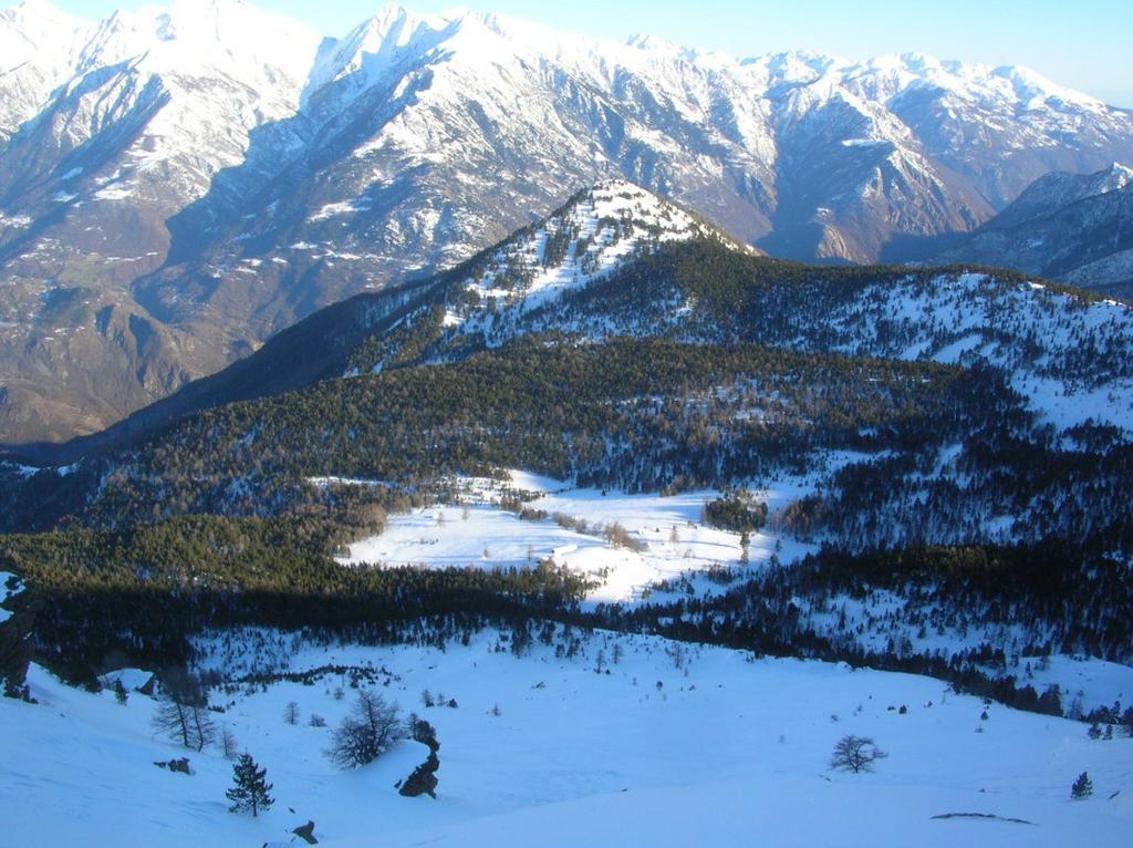 Il Bec Gavin (2001m) e l' Alpe di Pana dalla cresta sommitale del Bec di Nona.
