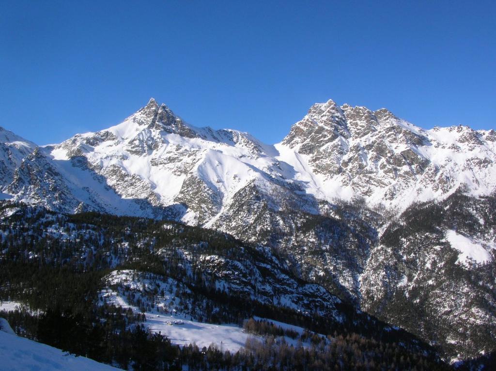 Avic (sulla sinistra) e Mont Ruvi (sulla destra).