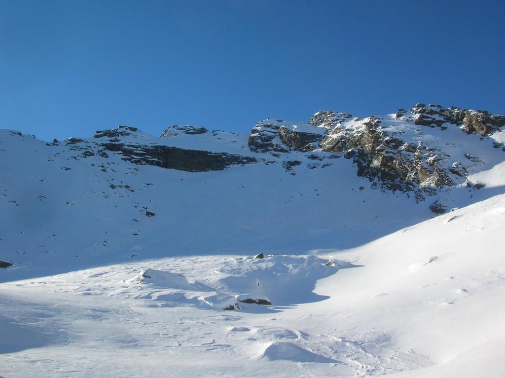 La barra rocciosa che difende l' accesso alla sommità del Mont Ruvi dal vallone di Molinaz.