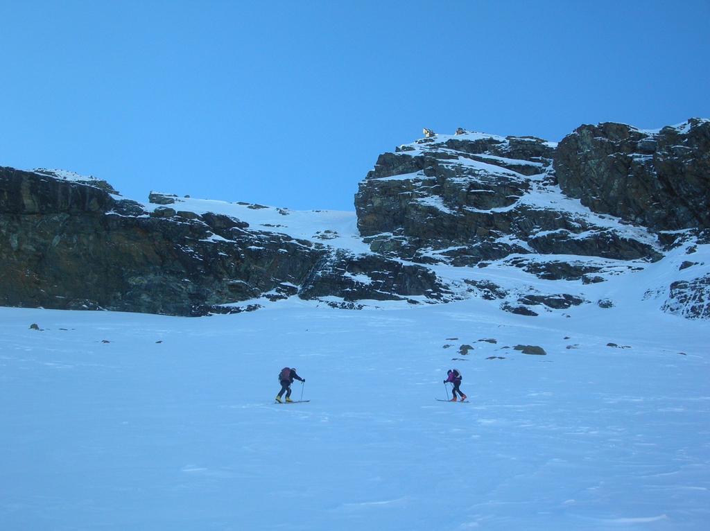 Verso la barra rocciosa sottostante la cima del Mont Ruvi.