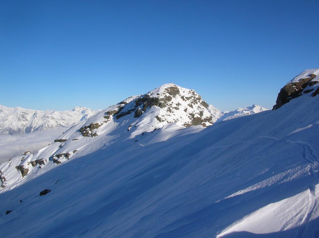 La sommità del Mont Ruvi vista dalla cresta ovest di discesa.