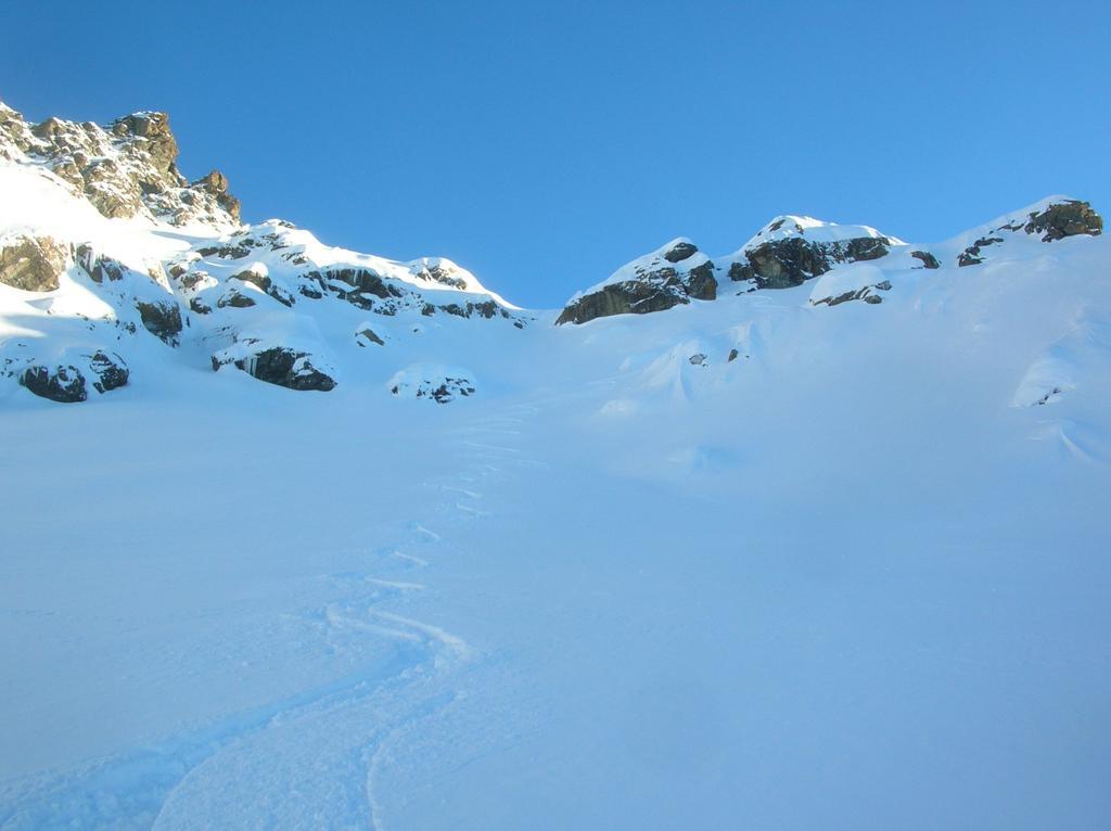 Prime curve nell' alto vallone di Orsiére: a sinistra le fasce rocciose del Mont Ruvi, a destra il canalino che scende dall' Arête de Ponton.