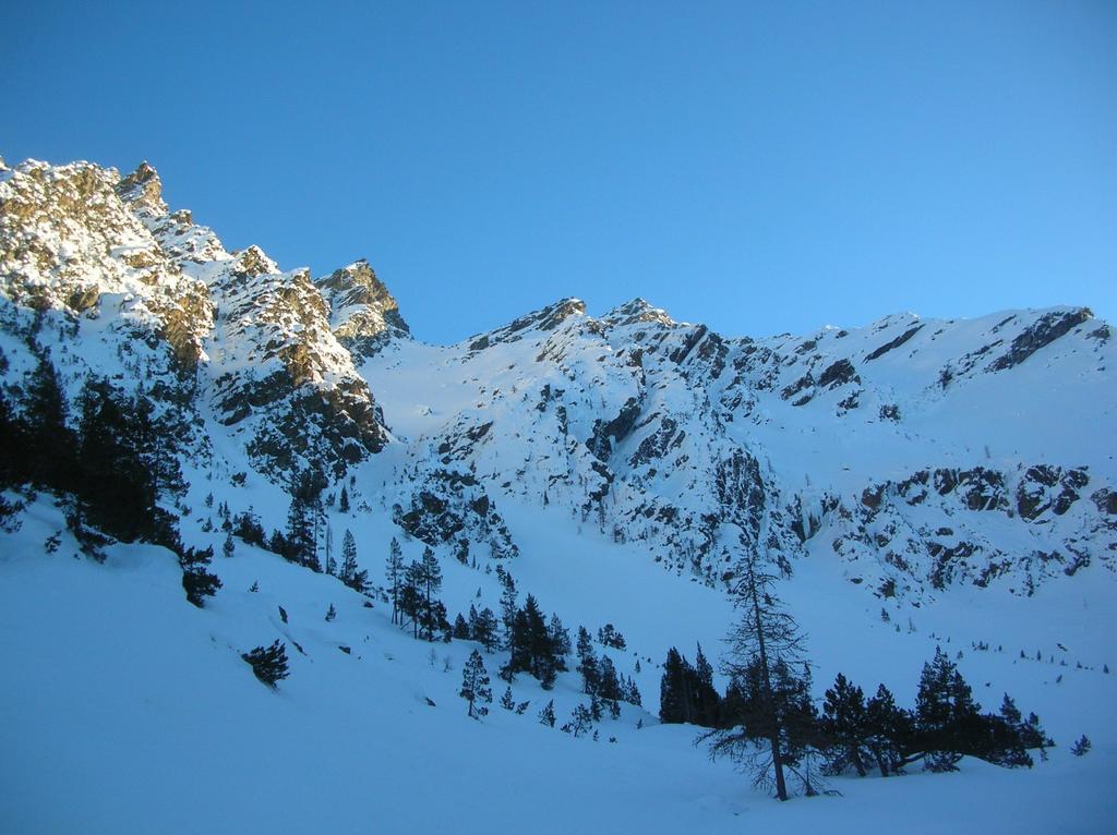 Da sinistra a destra: Cima Nera (2698m), Mont Giron (2699m) e Mont Ruvi dal vallone di Orsiére.