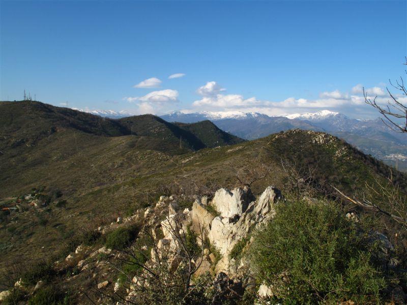 A sinistra la Punta di Vegliasco e il crinale da percorrere