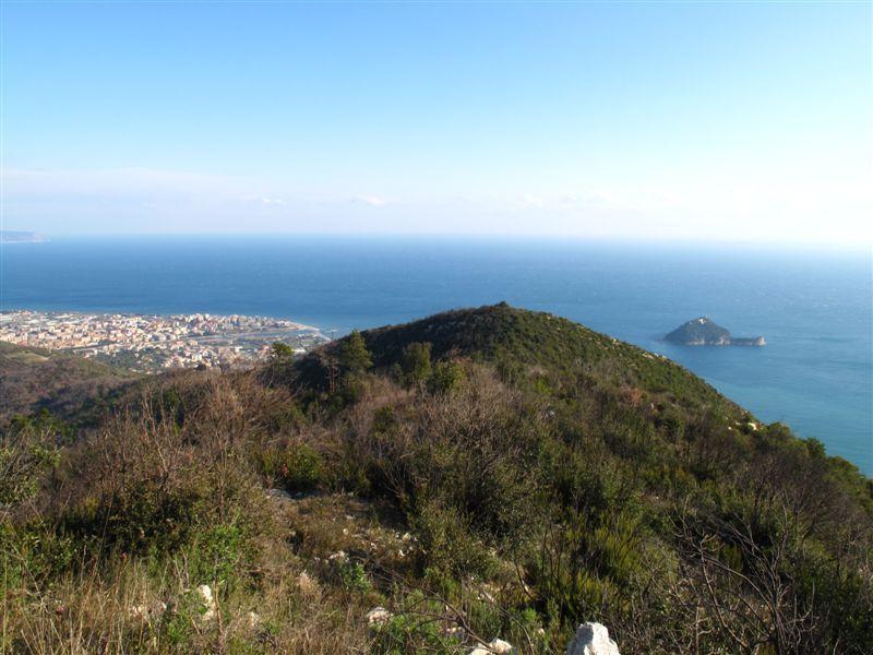 Guardando indietro Albenga e l'Isola Gallinara