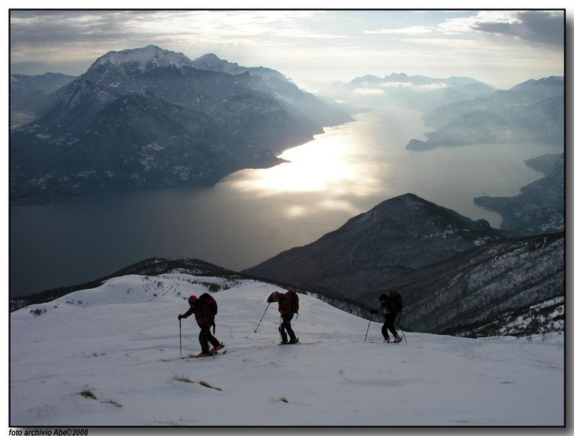 Salendo con lo sfondo delle Grigne e del ramo lecchese del lago di Como.