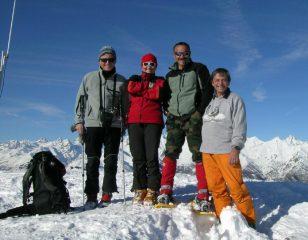 in cima: 3 sciatori ed 1 ciaspolaro